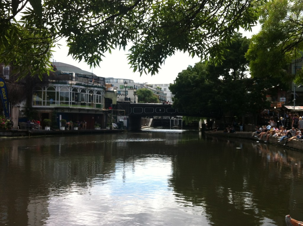 Regents Canal, Londres, visto do mercado de Camden Lock
